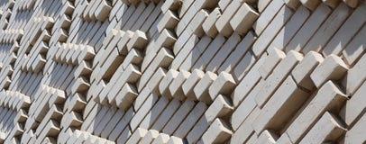 Ein Muster, das von den weißen Ziegelsteinen in Form von Diamanten gemacht wird, formt De Lizenzfreie Stockfotografie
