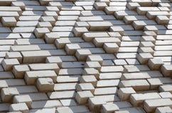 Ein Muster, das von den weißen Ziegelsteinen in Form von Diamanten gemacht wird, formt De Stockfotografie