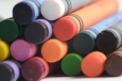 Ein Muster der mehrfarbigen Zeichenstifte Lizenzfreies Stockbild