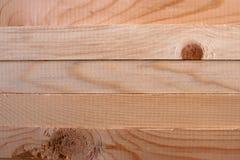 Ein Muster von fünf horizontalen Kiefernstöcken Lizenzfreies Stockfoto