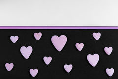 Ein Muster von Ruheherzen auf einem schwarzen Hintergrund mit Kopieraum stockfotografie
