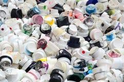 Ein Muster von vielen benutzte und beschmutzte Düsen von den Spraydosen mit Aerosolfarbe Hintergrundbeschaffenheit der Straßenkun Stockbilder