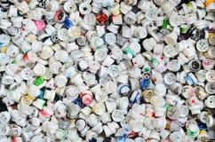 Ein Muster von vielen benutzte und beschmutzte Düsen von den Spraydosen mit Aerosolfarbe Hintergrundbeschaffenheit der Straßenkun Lizenzfreies Stockfoto