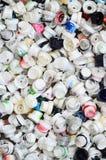 Ein Muster von vielen benutzte und beschmutzte Düsen von den Spraydosen mit Aerosolfarbe Hintergrundbeschaffenheit der Straßenkun Stockfotografie
