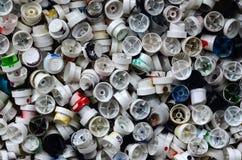 Ein Muster von vielen benutzte und beschmutzte Düsen von den Spraydosen mit Aerosolfarbe Hintergrundbeschaffenheit der Straßenkun Stockfotos