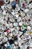 Ein Muster von vielen benutzte und beschmutzte Düsen von den Spraydosen mit Aerosolfarbe Hintergrundbeschaffenheit der Straßenkun lizenzfreie stockfotos