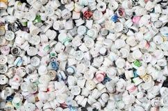 Ein Muster von vielen benutzte und beschmutzte Düsen von den Spraydosen mit Aerosolfarbe Hintergrundbeschaffenheit der Straßenkun lizenzfreie stockbilder