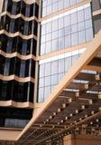 Ein Muster von Windows und von Holz lizenzfreie stockbilder