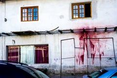 Ein mysteriöser roter Farben-Fleck auf einer Wand lizenzfreies stockbild