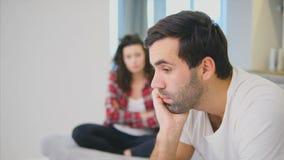 Ein nachdenkliches, durchdachtes junges Mädchen, denkend an die Verhältnis-Probleme Sitzen auf der Couch mit einem beleidigten Ju stock video