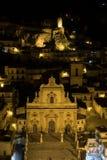 Ein Nachtpanorama von Modica, Sizilien stockfotografie
