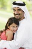 Ein nahöstlicher Mann und seine Tochter in einem Park Lizenzfreie Stockfotos