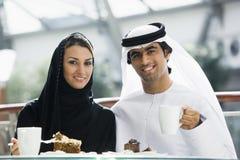 Ein nahöstliches Paar, das eine Mahlzeit genießt Lizenzfreie Stockfotografie