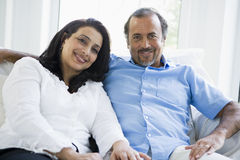 Ein nahöstliches Paar, das zu Hause sitzt Stockbild