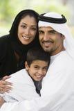 Ein nahöstliches Paar und ihr Sohn in einem Park stockfotografie