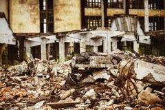 Ein Nahaufnahmebild einer Müllkippe mit ruiniertem Ziegelstein Stockbild
