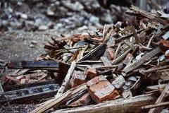 Ein Nahaufnahmebild einer Müllkippe mit ruiniertem Ziegelstein Stockfotografie