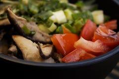 Ein Nahaufnahmefoto des Stoßes mit Tomate, Scheiben von Shiitake und Schnittlauche lizenzfreies stockfoto