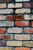 Ein Nahaufnahmefoto einer Backsteinmauer, die Struktur und Farbe von Ziegelsteinen zeigend, gealtert und verwittert lizenzfreies stockbild