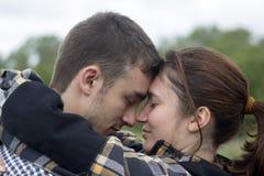 Ein nahes Porträt des Jungen und Mädchen, die sich lieben lizenzfreies stockfoto