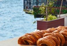 Ein Nahrungsmittelstand mit traditionelle türkische Bagel - simits - auf der Ufergegend lizenzfreies stockbild