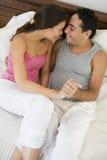 Ein nahöstliches Paar, das auf einem Bett liegt Lizenzfreie Stockfotografie