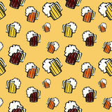 Ein nahtloses Muster mit Bier Stockfotos