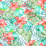 Ein nahtloses Muster mit den exotischen Blumen des Aquarellrotes und -Türkises, Hibiscus und den Blättern der Palmen Lizenzfreies Stockbild