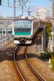 Ein Nahverkehrszug kommt zu Ikebukuro-Station Lizenzfreie Stockfotos
