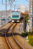 Ein Nahverkehrszug kommt zu Ikebukuro-Station Stockfoto