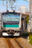 Ein Nahverkehrszug kommt zu Ikebukuro-Station Lizenzfreies Stockfoto