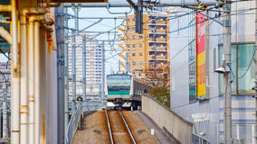 Ein Nahverkehrszug kommt zu Ikebukuro-Station Stockbilder