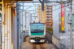 Ein Nahverkehrszug kommt zu Ikebukuro-Station Stockbild