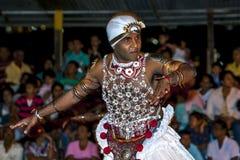 Ein Naiyandi-Tänzer führt während des Esala Perahera in Kandy, Sri Lanka durch Lizenzfreie Stockfotos