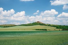 Ein natürlicher Hügel nahe Libochovice lizenzfreie stockbilder