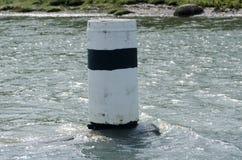 Ein Navigationskennzeichen im Wasser Lizenzfreie Stockfotos