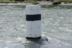 Ein Navigationskennzeichen im Wasser Stockbild