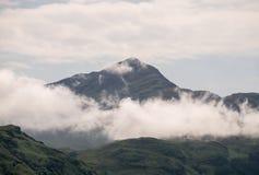 Ein nebelhafter schottischer Berg stockfoto