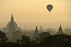Ein nebelhafter Sonnenaufgang in Bagan Lizenzfreies Stockfoto