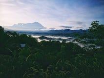 Ein nebeliger Morgen eines kleinen Dorfs in Nord-Borneo, Sabah, Malaysia Stockbild