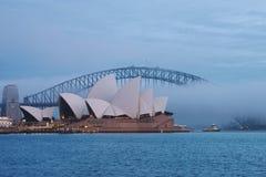 Ein nebeliger Morgen im Sydney-Hafen Stockbilder