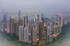 Ein nebeliges panoramisches Bild von Hong Kong und von Kowloon, wie von Victoria Peak gesehen Stockbilder