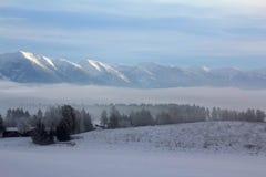 Ein nebeliges Tal Stockfotos