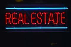 Ein Neonzeichen für Grundbesitz Lizenzfreies Stockbild