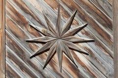Ein netter ausführlicher Hintergrund eines alten Holztür dekor, wo Stockfotografie