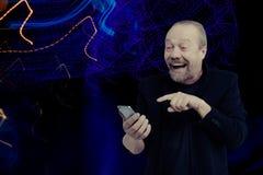 Ein netter, bärtiger, weißer Mann spricht am Telefon stockfotos