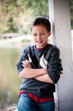 Porträt des jungen Jungen nahe bei Pfosten Lizenzfreie Stockbilder
