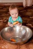Ein netter Kerl, der einen Donut einer großen Schüssel isst lizenzfreie stockfotos