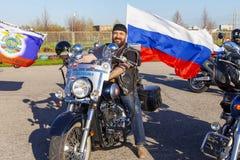 Ein netter Motorradfahrer mit der Flagge von Russland Victory Day ist am 9. Mai 2018 Lizenzfreie Stockfotos