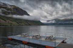 Ein netter Platz auf dem Ufer des norwegischen Fjords Lizenzfreies Stockfoto